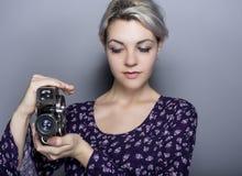 Étudiant Holding de film un appareil-photo de vintage Photos libres de droits