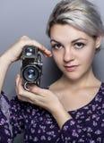 Étudiant Holding de film un appareil-photo de vintage Photos stock