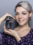 Étudiant Holding de film un appareil-photo de vintage Photographie stock libre de droits