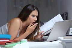 Étudiant inquiété découvrant l'erreur étudiant des heures en retard photographie stock libre de droits