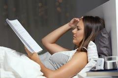Étudiant inquiété étudiant des heures en retard dans le lit à la maison images libres de droits