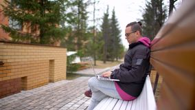 Étudiant latin millénaire dans le dortoir travaillant sur l'ordinateur portable Homme d'université hispanique faisant le travail  clips vidéos