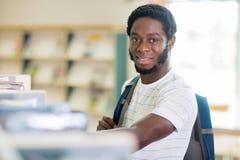 Étudiant In Library d'afro-américain image libre de droits