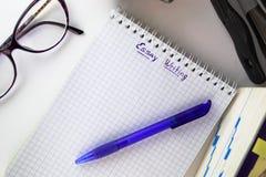 Étudiant lisant un livre et écrivant un essai Image libre de droits