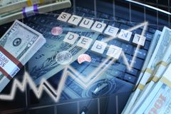 Étudiant Loan Debt Rising avec l'argent emprunté sur l'ordinateur portable d'ordinateur de haute qualité images libres de droits