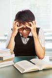 Étudiant mâle d'université chinoise déprimé photographie stock