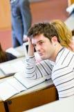 Étudiant mâle ennuyé pendant la leçon photos stock
