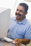 étudiant mûr mâle de qualifications d'apprentissage d'ordinateur Photos libres de droits