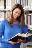 Étudiant mûr dans la bibliothèque Image libre de droits