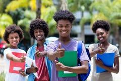 Étudiant masculin africain réussi avec le groupe d'étudiants d'afro-américain photographie stock