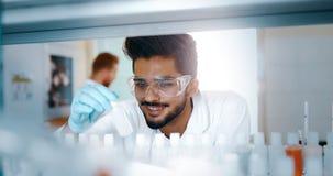 Étudiant masculin de chimie travaillant dans le laboratoire photographie stock