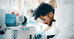 Étudiant masculin de chimie travaillant dans le laboratoire photographie stock libre de droits
