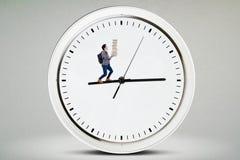Étudiant masculin de lycée marchant sur l'horloge photos stock