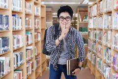 Étudiant masculin faisant le signe de silence Images stock