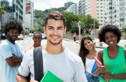 Étudiant masculin hispanique avec les amis internationaux Photo stock