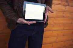 Étudiant masculin tenant le pavé tactile avec l'écran vide de calibre Image stock