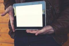 Étudiant masculin tenant le pavé tactile avec l'écran vide de calibre Photos libres de droits