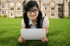 Étudiant mignon à l'aide du comprimé numérique extérieur Image libre de droits