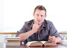 Étudiant pensant dur Photographie stock libre de droits