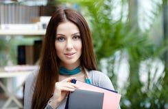 Étudiant préparant une licence avec des livres images stock