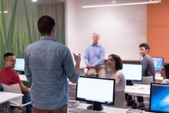 Étudiant répondant à une question dans la salle de classe Photo libre de droits