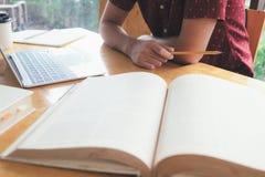 Étudiant Reading Book images libres de droits