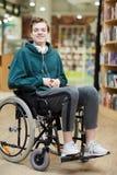 Étudiant satisfaisant dans le fauteuil roulant photos stock