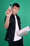 Étudiant se dirigeant avec le crayon lecteur photos stock