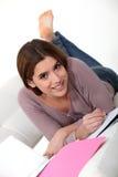 Étudiant, se trouvant sur un sofa Photo stock