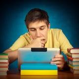 Étudiant songeur avec une Tablette images libres de droits