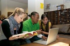 Étudiant sur le campus Image stock