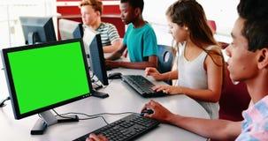 Étudiant travaillant sur l'ordinateur dans la salle de classe banque de vidéos