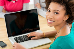 Étudiant travaillant sur l'ordinateur portable Image stock