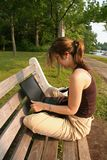 Étudiant travaillant sur l'ordinateur portatif Image libre de droits