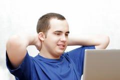 Étudiant travaillant sur son ordinateur portatif Photos libres de droits