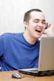 Étudiant travaillant sur son ordinateur portatif Photographie stock