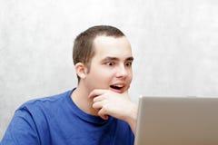 Étudiant travaillant sur son ordinateur portatif Photographie stock libre de droits