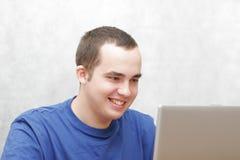 Étudiant travaillant sur son ordinateur portatif Images stock