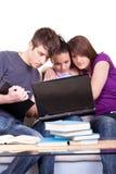 Étudiant trois étudiant sur des ordinateurs portatifs Photographie stock libre de droits