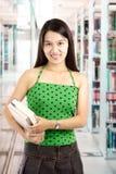 Étudiant universitaire à la bibliothèque Photos libres de droits