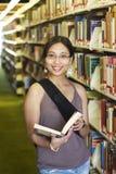 Étudiant universitaire à une bibliothèque Photographie stock