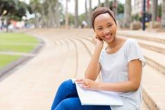 Étudiant universitaire étudiant dehors image stock