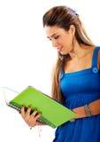 Étudiant universitaire affichant un cahier vert Photos stock