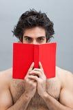 Étudiant universitaire affichant un livre intéressant Photos stock