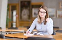 Étudiant universitaire assez jeune photographie stock libre de droits