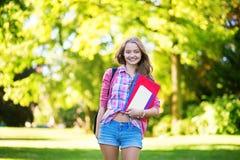 Étudiant universitaire avec des livres et des dossiers photographie stock