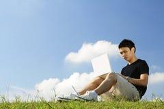 Étudiant universitaire avec l'ordinateur portatif Image stock