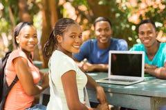 Étudiant universitaire détendant dehors Photos libres de droits