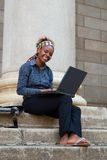 Étudiant universitaire d'Afro-américain avec l'ordinateur portatif Photos libres de droits