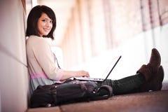 Étudiant universitaire de chemin mélangé avec l'ordinateur portatif images libres de droits